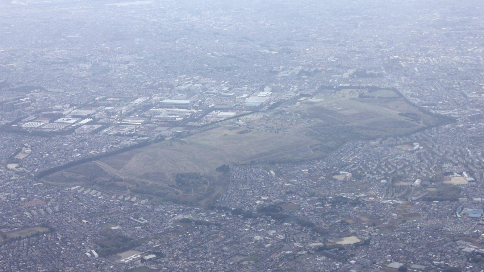 千葉県習志野市の陸上自衛隊習志野駐屯部隊演習場と周辺地域の空撮