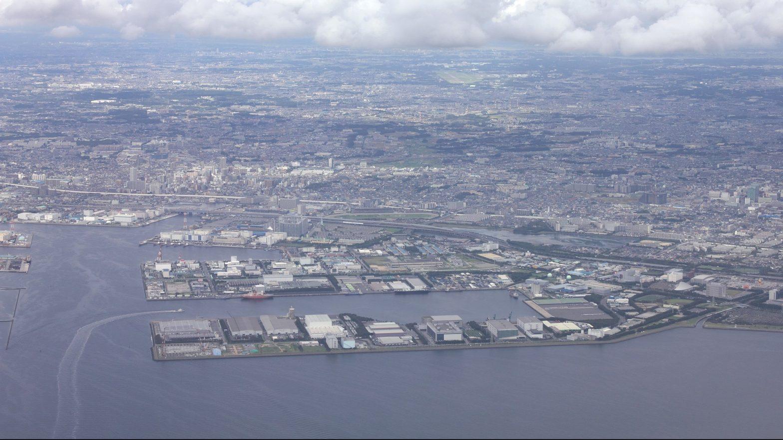 東京湾上空から見る千葉県船橋市と習志野市の千葉港、湾岸道路と背景に広がる関東平野