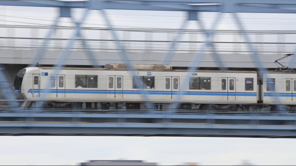 荒川橋梁を渡る地下鉄東西線新05系(流し撮り)