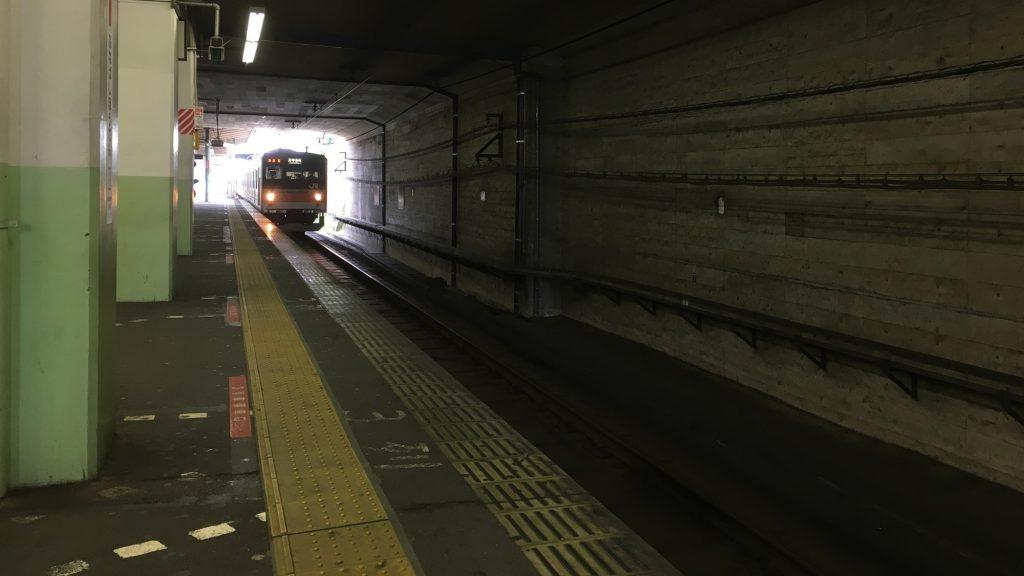 武蔵野線、暗い地下駅、船橋法典に入構